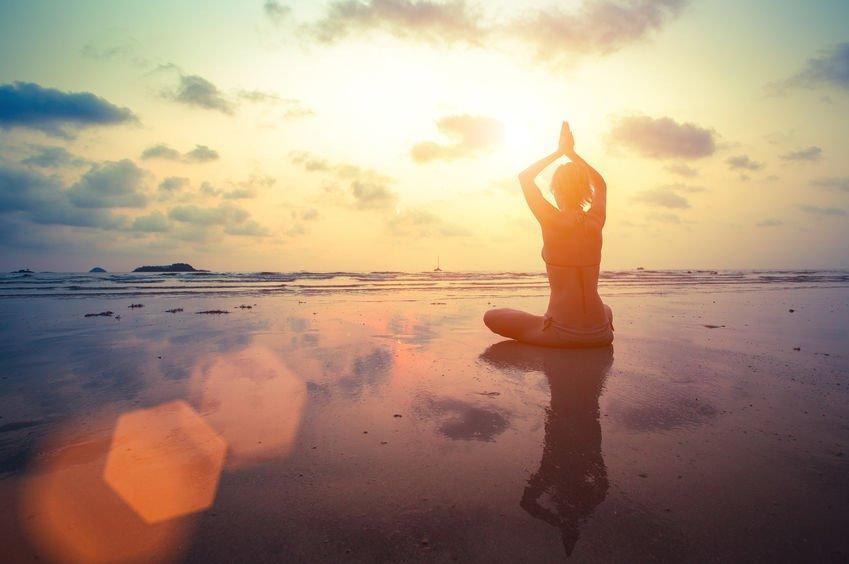 Jeune femme pratiquant yoga