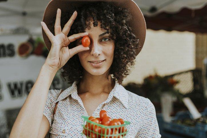 Jeune fille et tomate